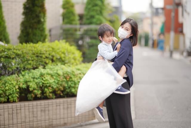 朝 ゴミ捨てをするお母さんと子供