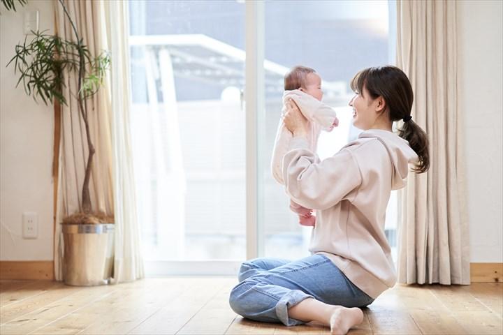 リビングでくつろぐ赤ちゃんとママ