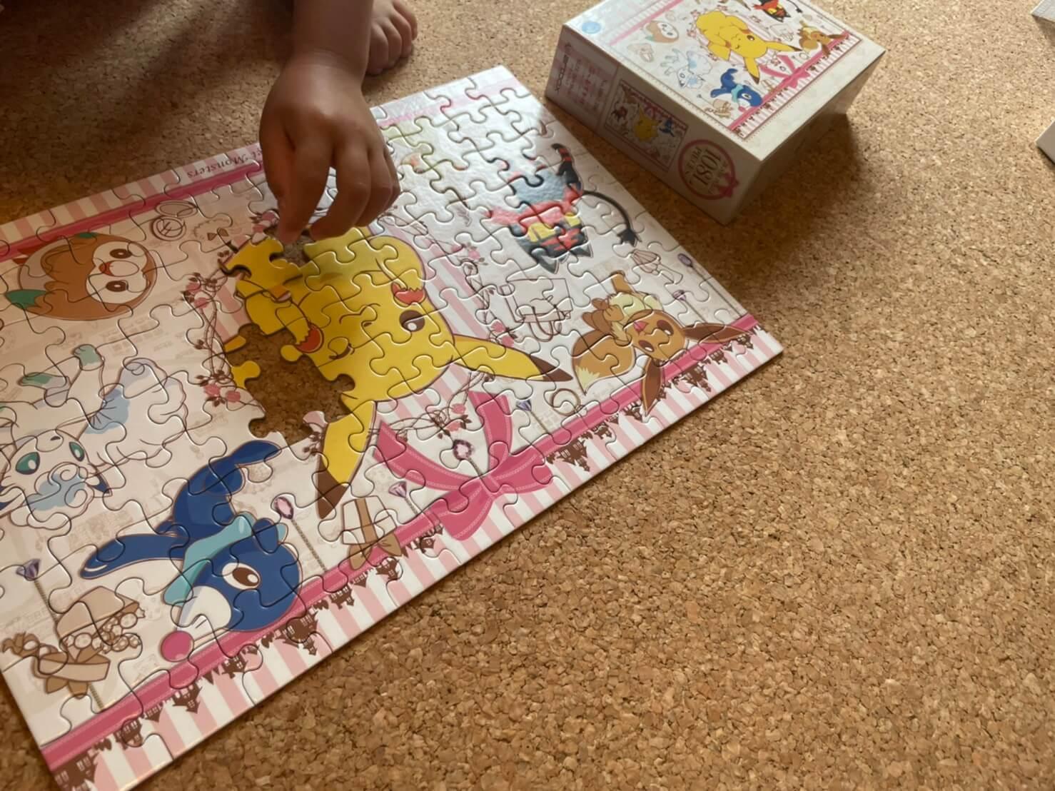 パズルをする子ども
