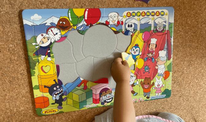 パズル遊びをする子ども