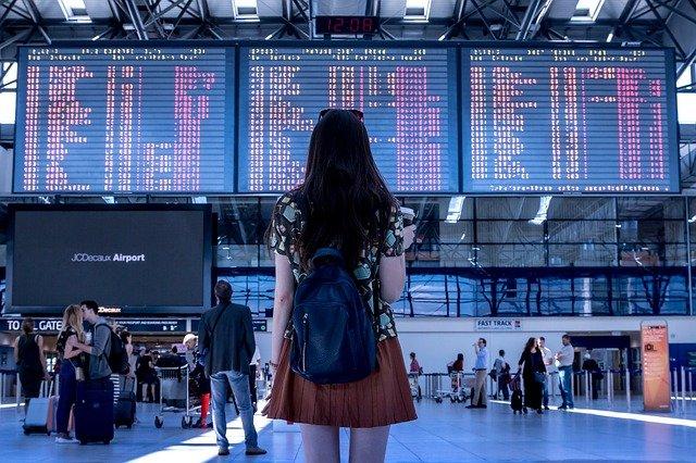 空港にたたずむ女性