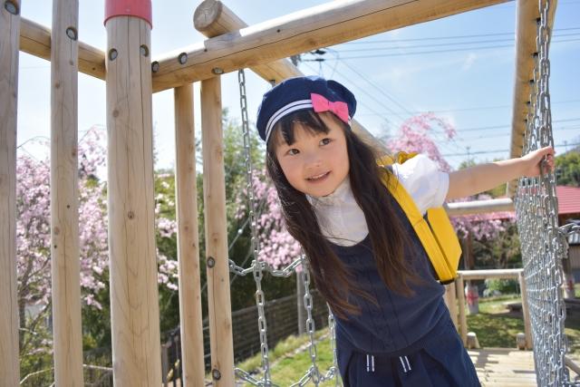 幼稚園児 遊具で遊ぶ女の子